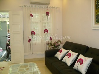 Gối dựa thêu - Cosy hoa đỏ